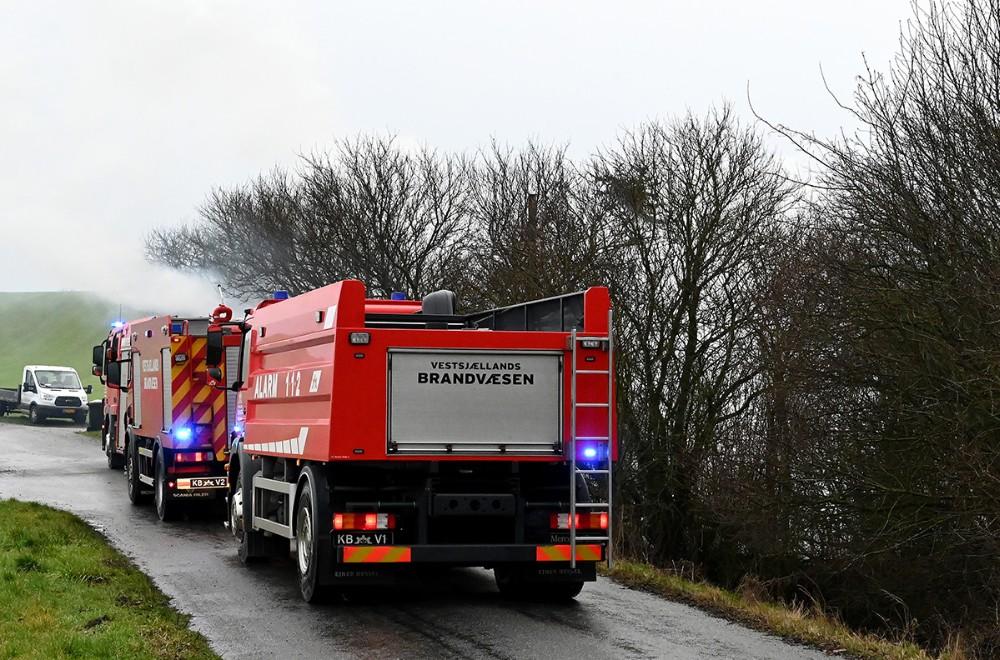 Vetssjællands Brandvæsen blev sendt til Kelleklintevej for at slukke et stort bål. Foto: Jens Nielsen