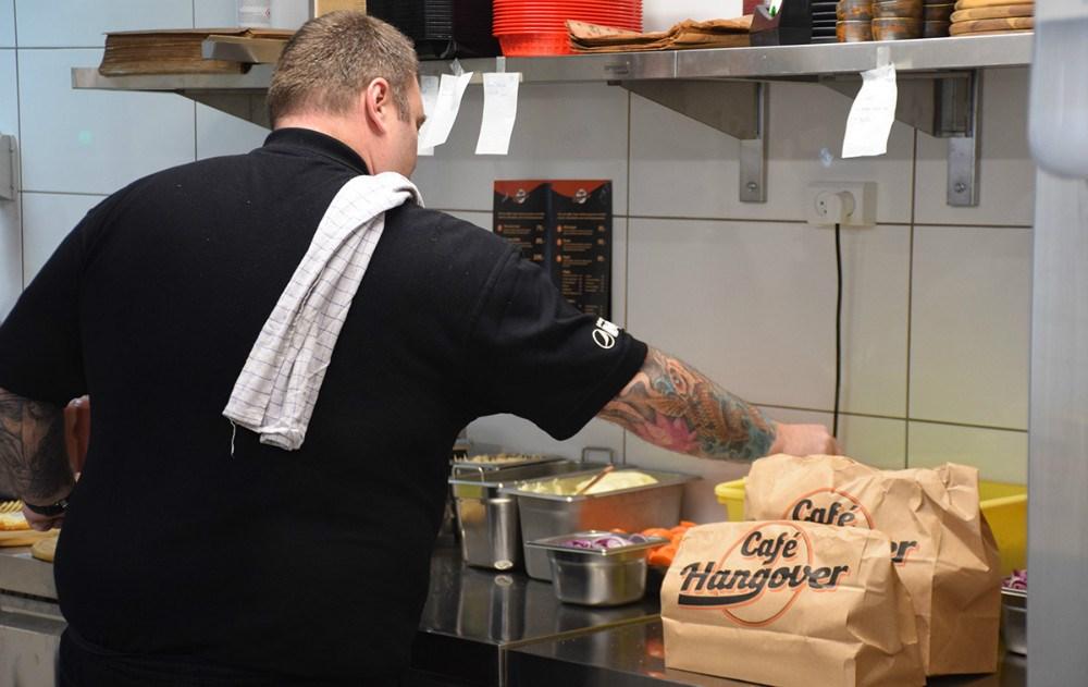 Ejer af Café Hangover, Flemming Bindesbøl, er i fuld gang med at lave burgere. Foto: Gitte Korsgaard.