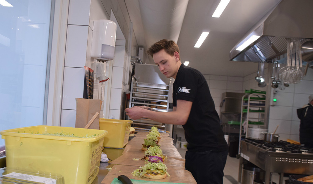 Der er travlt i køkkenet på Café Hangover. Foto: Gitte Korsgaard.