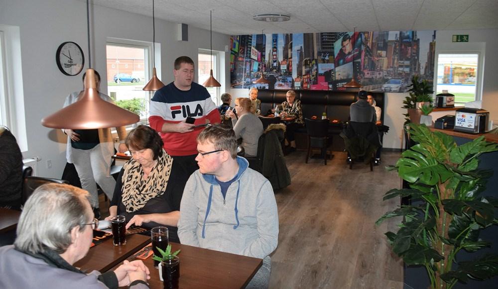 Der var fuldt hus på Café Hangover, da de åbnede til frokost mandag. Foto: Gitte Korsgaard.