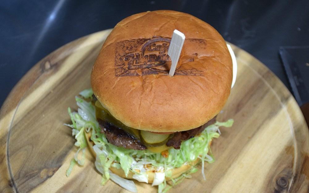 Alle burgerne bliver stemplet på Café Hangover. Foto: Gitte Korsgaard.