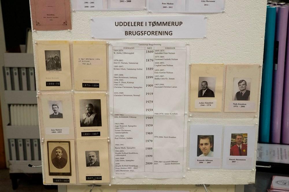 Der er opsat en plancheudstilling i brugsen som fortæller historien om Danmarks ældste brugsforening. Foto: Jens Nielsen