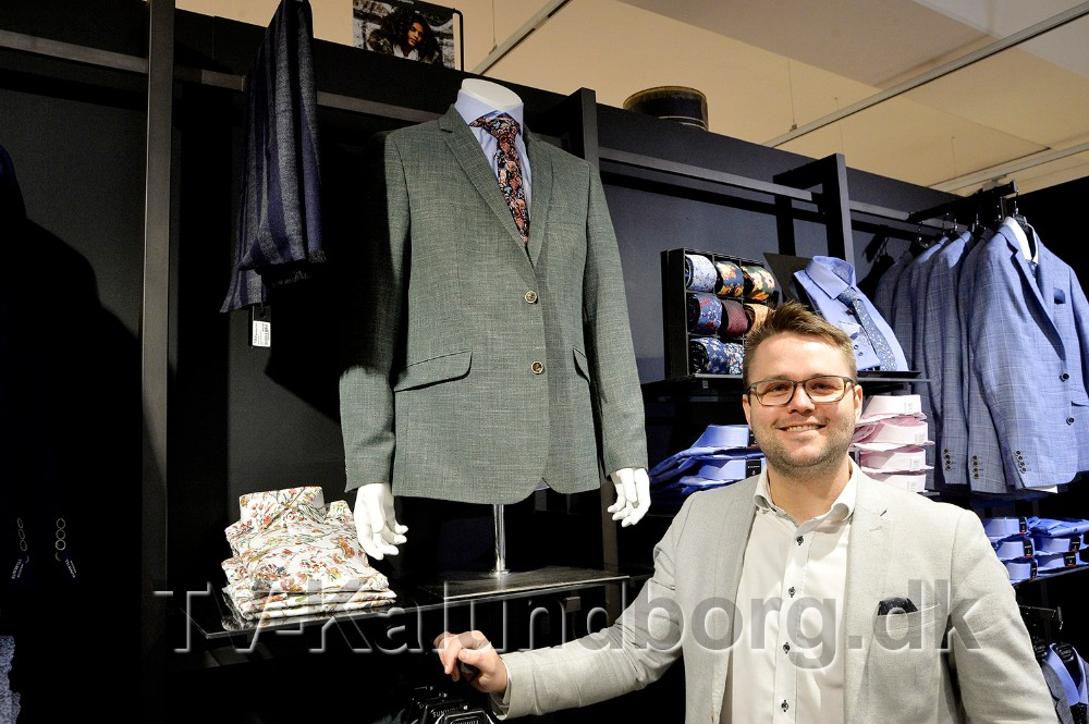 Philip Jensen fra Tøjeksperten Kalundborg præsenterer en grøn blazer jakke. Foto: Jens Nielsen