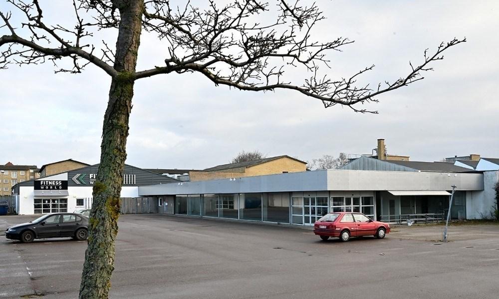 Bygningen som tidligere rummede Fakta skal rives ned og give plads til et nyt stort Aldi supermarked. Arkivfoto: Jens Nielsen