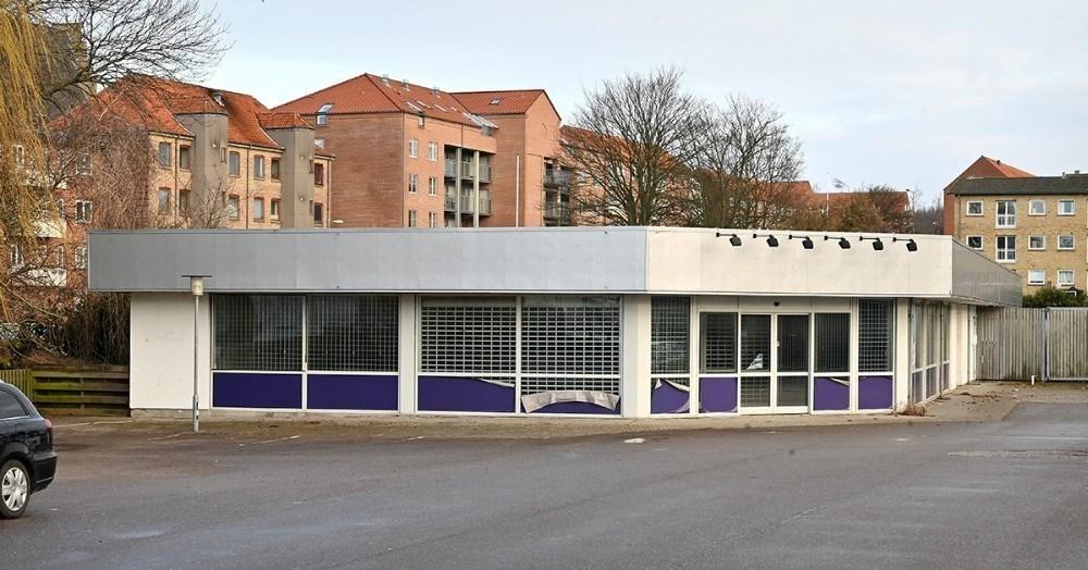Den tidligere tHansen butik på Sct. Jørgensbjerg skal rives ned og give plads til flere parkeringspladser. Arkivfoto: Jens Nielsen