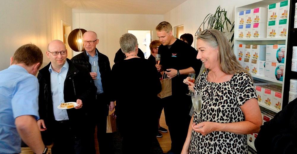 Birgitte Cetti tog imod de mange receptionsgæster som kikkede forbi Kalundborg Helseklinik fredag eftermiddag. Foto: Jens Nielsen.