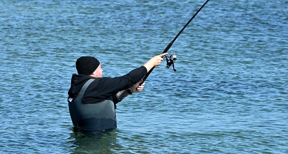 Der var mange som benyttede det gode vejr til at fange en hornfisk. Foto: Jens Nielsen
