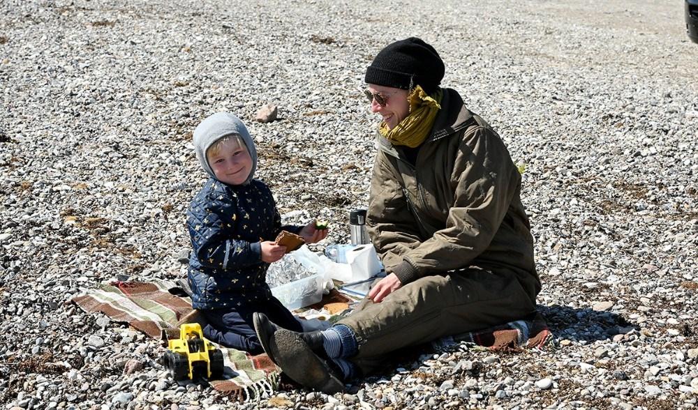 En mor og hendes barn nød friske fiskefrikadeller på strandbredden på Reersø. Foto: Jens Nielsen