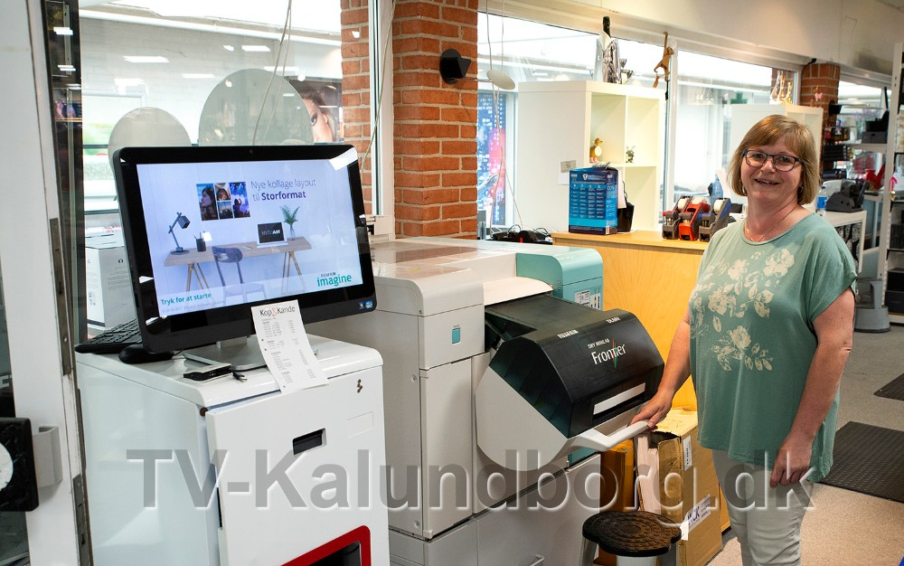 Kop og Kande fremkalder også billeder, her Susanne Homsi ved maskinen til billeder. Foto: Jens Nielsen