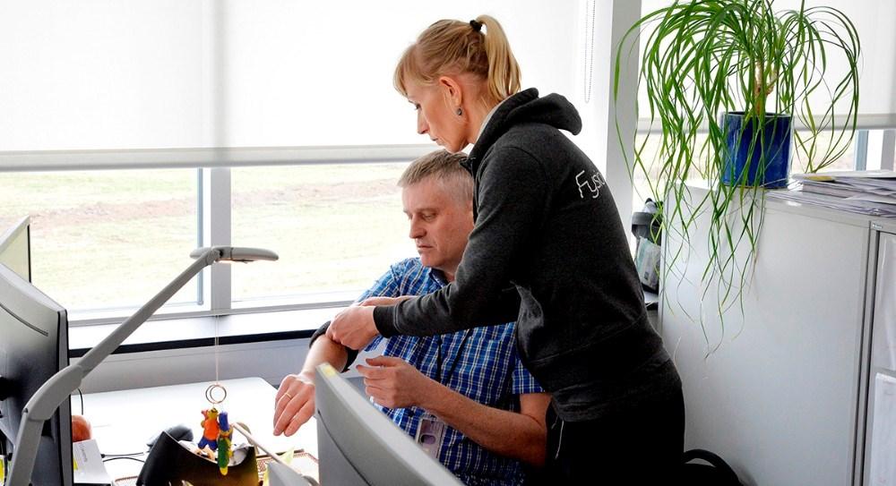 Maja Helbo Jensen hjælper den enkelte medarbejder med arbejdspladsen, lige fra bord, stol til mus og tastatur. Foto: Jens Nielsen