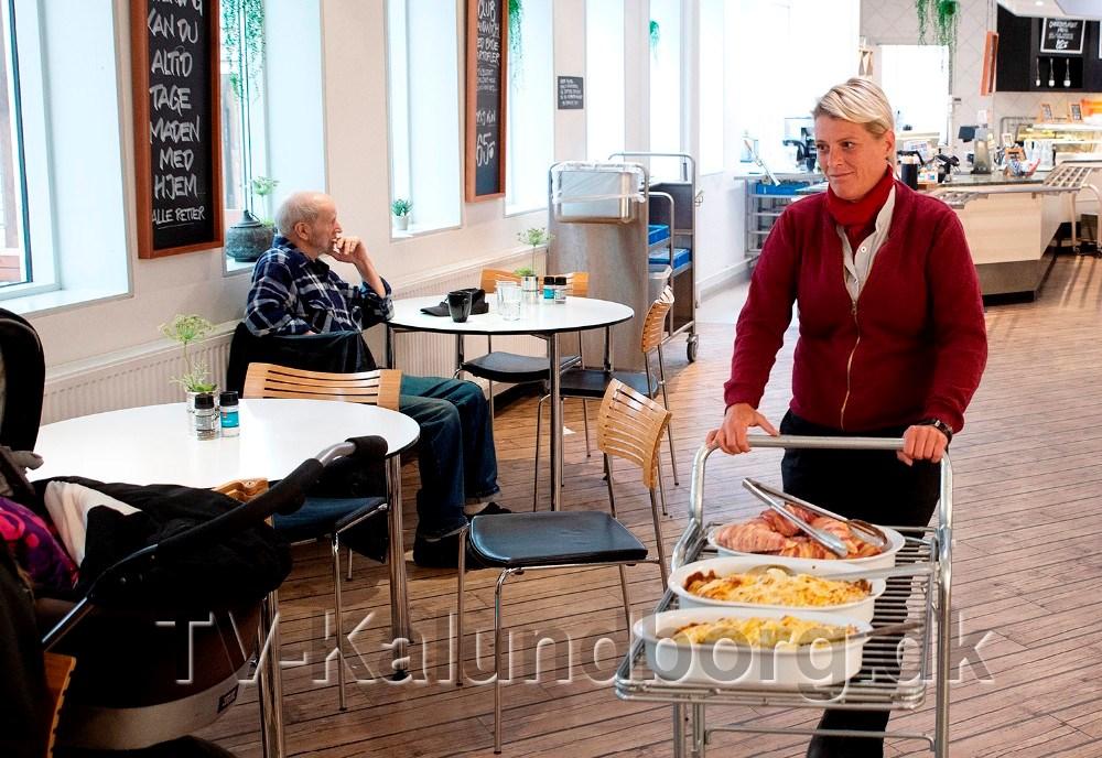 Varehuschef Kirsti Thygesen hjalp til med serveringen. Foto: Jens Nielsen