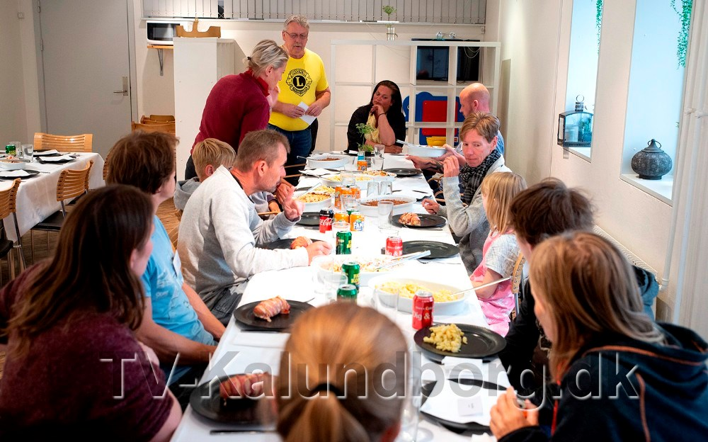 De 10 familer som skal på ferie var tirsdag inviteret på ´ryste sammen´ middag i Kvickly. Foto: Jens Nielsen
