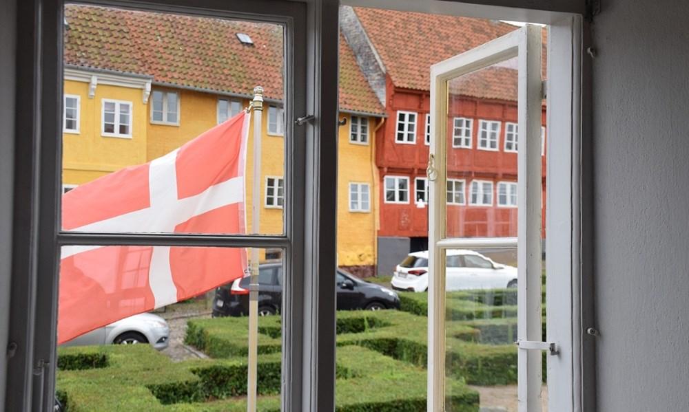 Flaget var hejst ved Bispegården i anledning af kunstfestivalen. Foto: Gitte Korsgaard.
