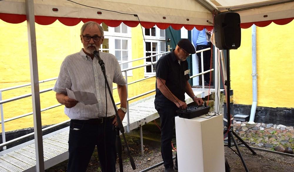 Formand for Lundbye Kunstfestivalen, Holger Prehnum byder velkommen. Foto: Gitte Korsgaard.