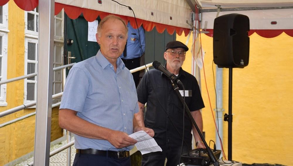 Borgmester Martin Damm sagde et par ord i anledning af Lundby Kunstfestival blev erklæret for åben. Foto: Gitte Korsgaard.