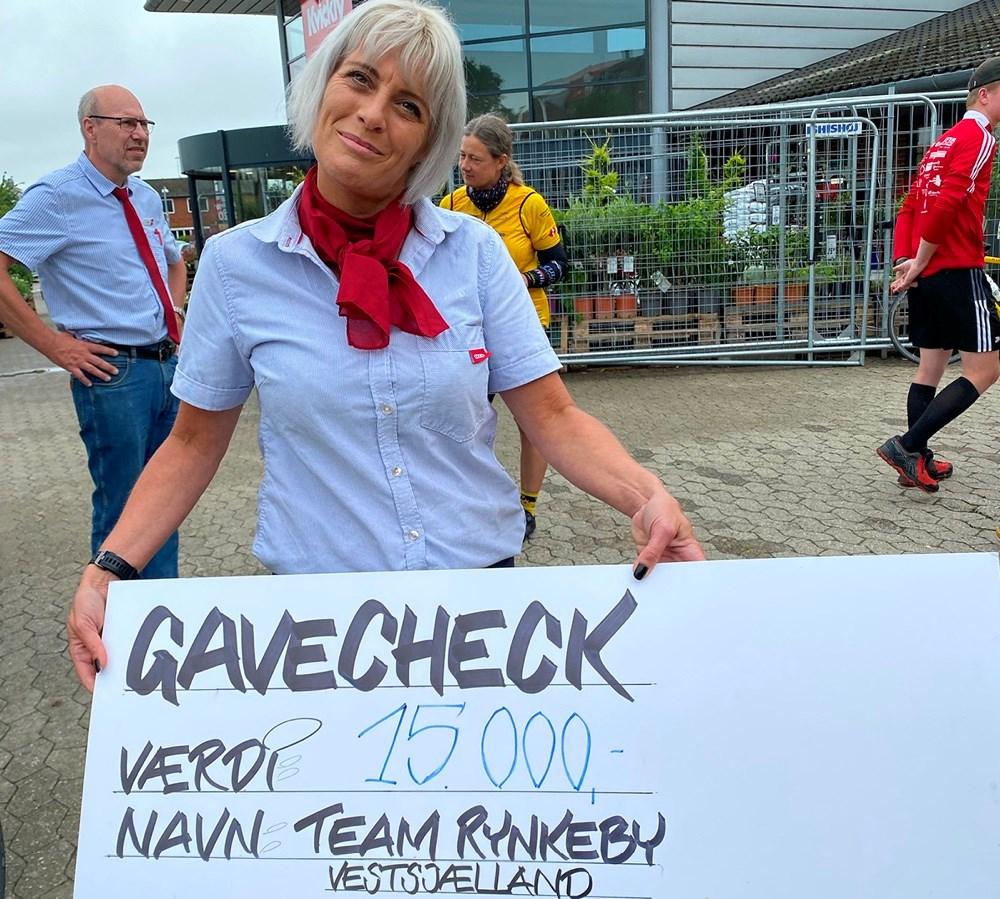Varehuschef Kirsti Thygesen overrakte checken til Team Rynkeby Vestsjælland lørdag middag.