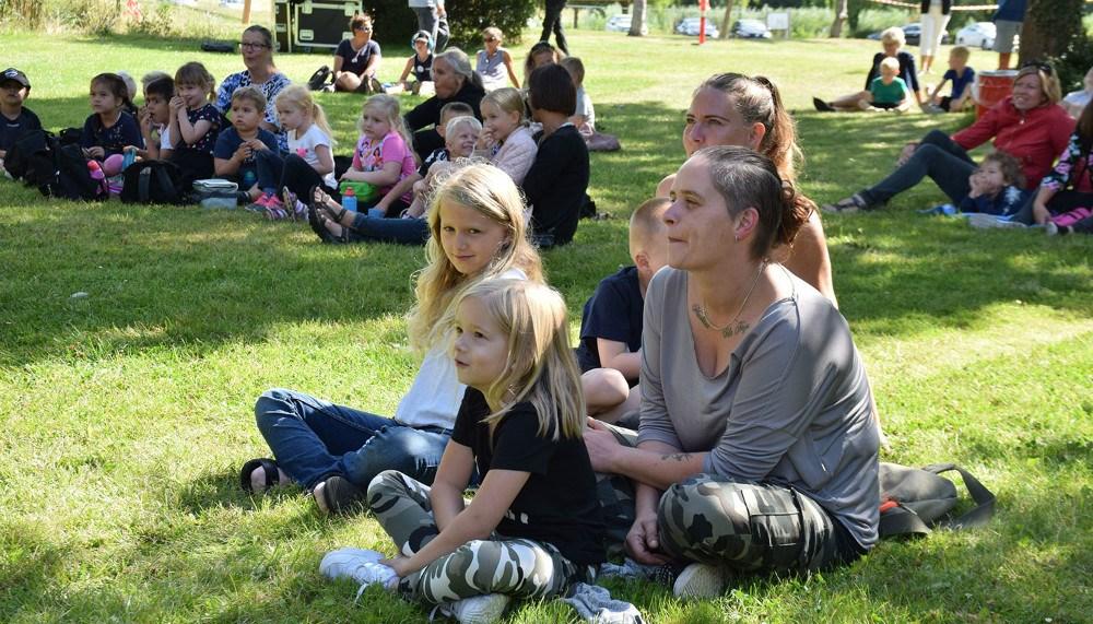 Børnekoncert med De Onde bag Høng Bibliotek. Foto: Gitte Korsgaard.