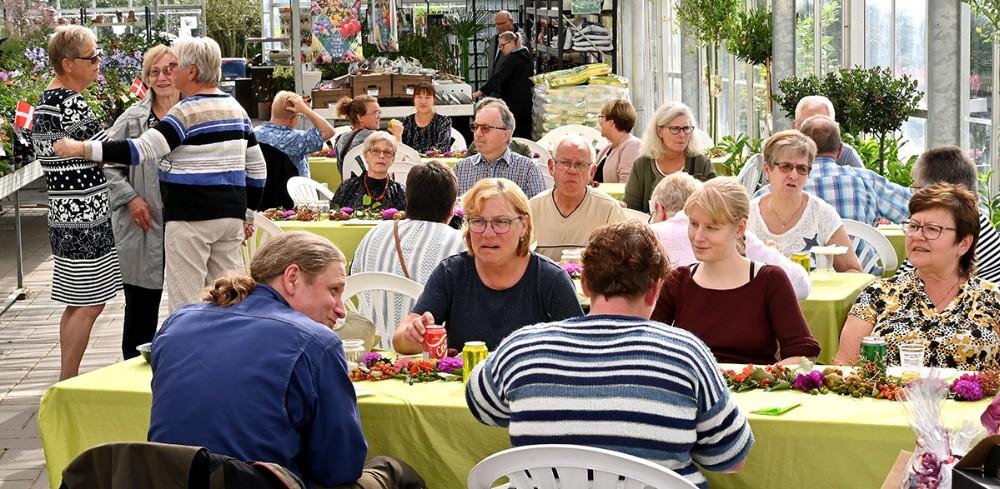 Rigtigt mange kom forbi for at sige farvel til Birgit og Hardy Vej og velkommen til Kristian Olsen. Foto: Jens Nielsen