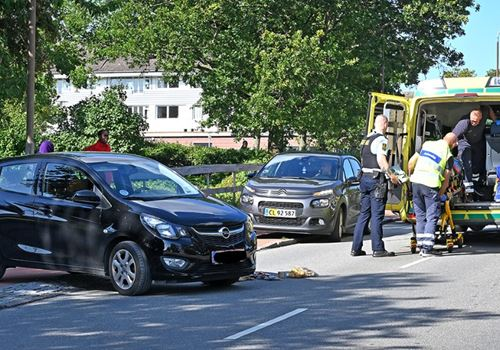Ung kvinde på løbehjul ramt af personbil