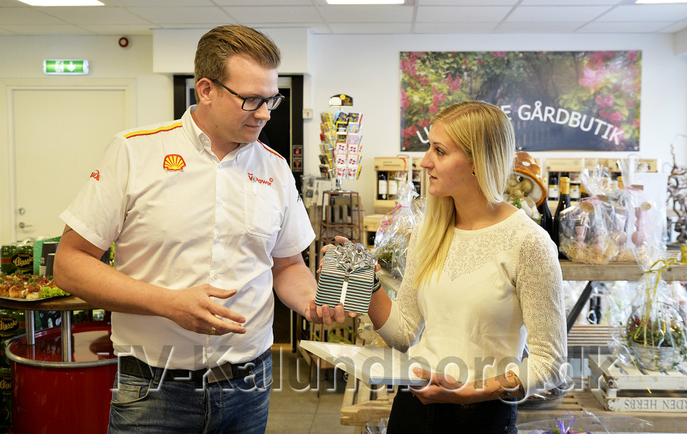 Morten Weise overrækker gave og diplom til Line Frederiksen. Foto: Jens Nielsen