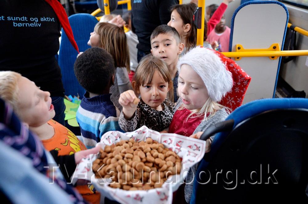 Buschauffør Vicki Wolff-Sørensen havde købt pebernødder til børnene. Foto: Jens Nielsen