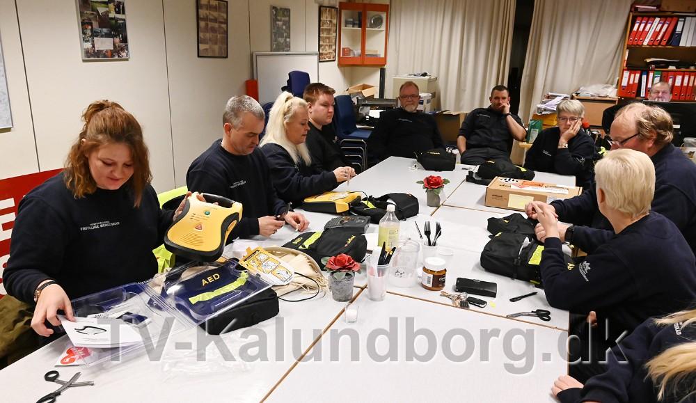Det Frivillige Beredskab var samlet mandag aften for at gennemgå de nye hjertestartere. Foto: Jens Nielsen