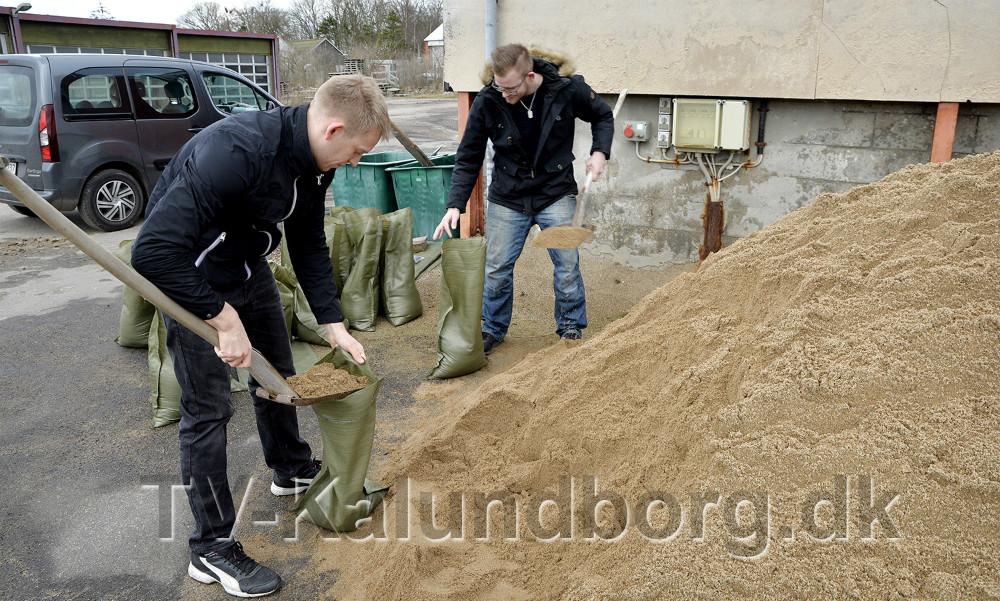 Borgerne kan hente sække og grus ved brandstationen. Foto: Jens Nielsen