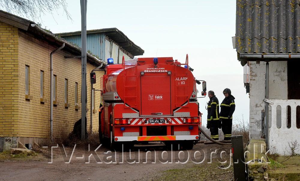 Brandfolkene fra Snertinge fik hurtigt slukket branden i affaldet. Foto: Jens Nielsen