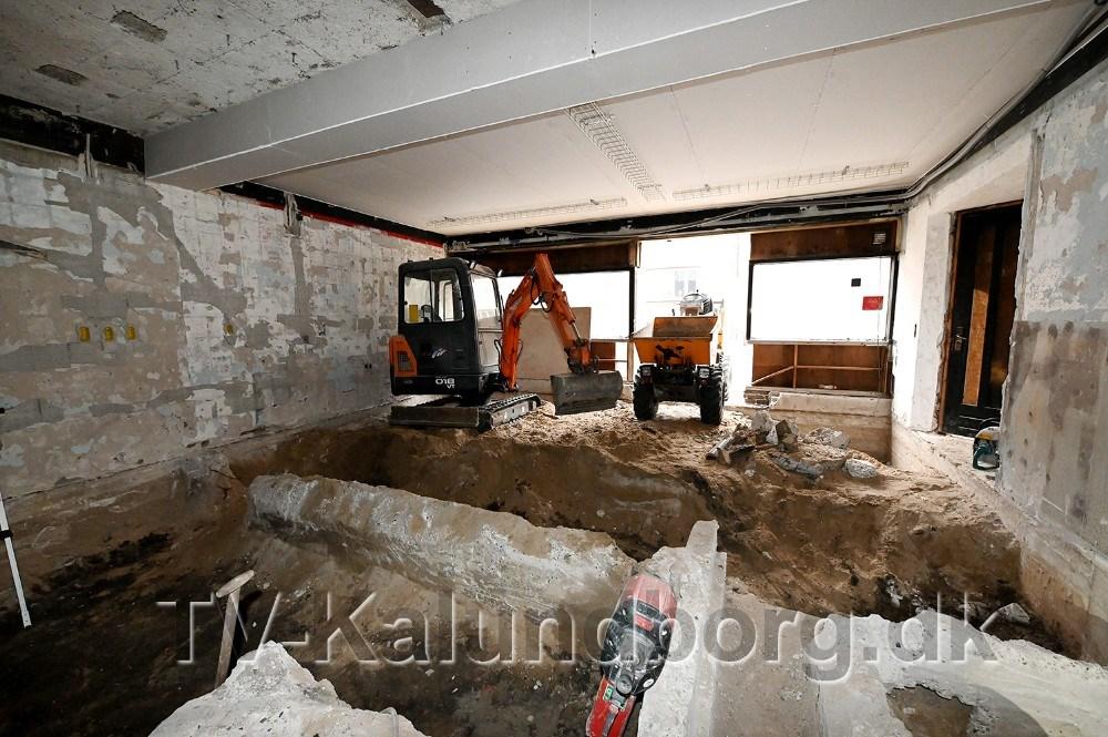 Gamle fundamenter har givet ekstra arbejde og sved på panden. Foto: Jens Nielsen