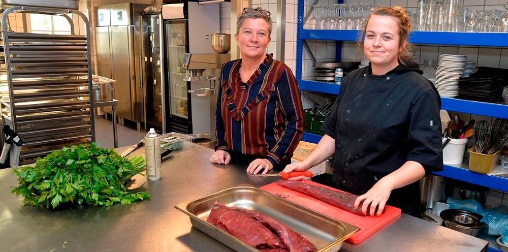 Tina Thrysøe, tv, her sammen med datteren Karoline Thrysøe der er ansat som kok, i det nye store køkken på Café Dyrehøj. Foto: Jens Nielsen