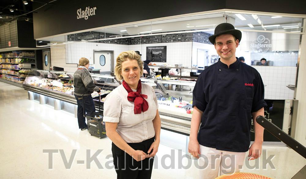 Varehuschef Kirsti Thygensen og slagtermester Mark Hansen foran den nye slagterafdeling. Foto: Jens Nielsen