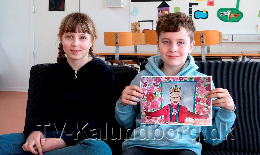 9-årige Noah Bückner Schou, th, fra 3. klasse på Skolen på Herredsåsen, skalsammen med 10-årige Flora Olivia Rex Nissen, møde H.M. Dronningen. Foto: Jens Nielsen