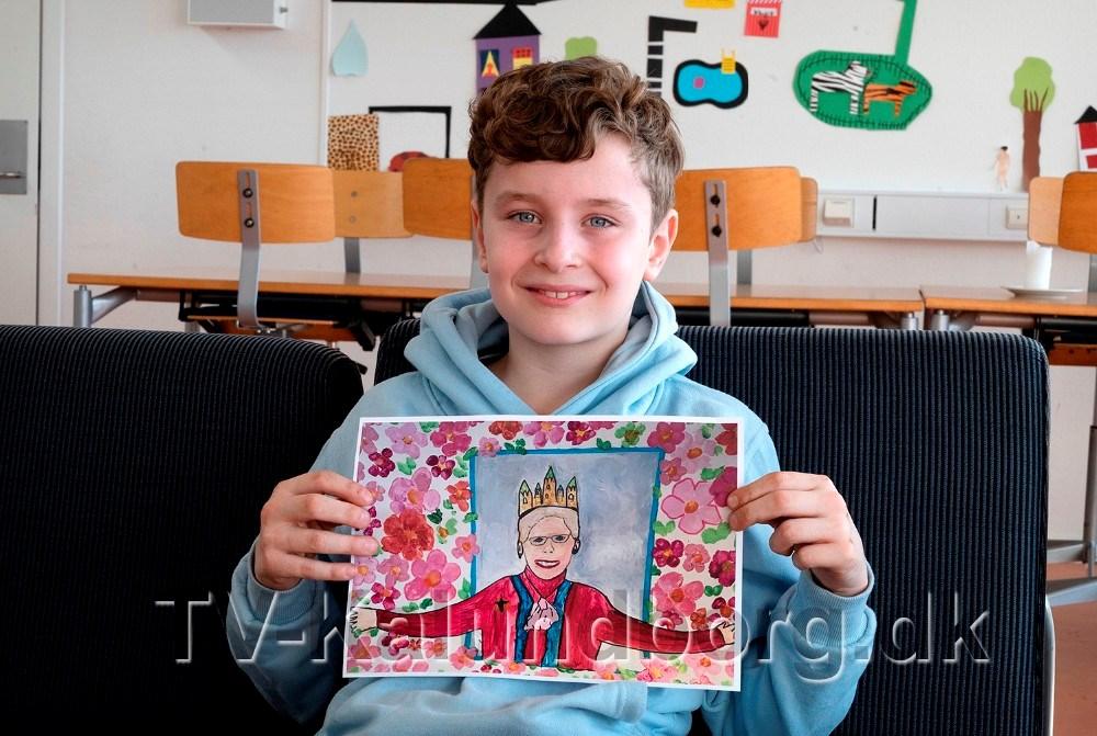 9-årige Noah Bückner Schou, fra 3. klasse på Skolen på Herredsåsen, med vinderbilledet som H.M. Dronningen skal have i fødselsgave. Foto: Jens Nielsen