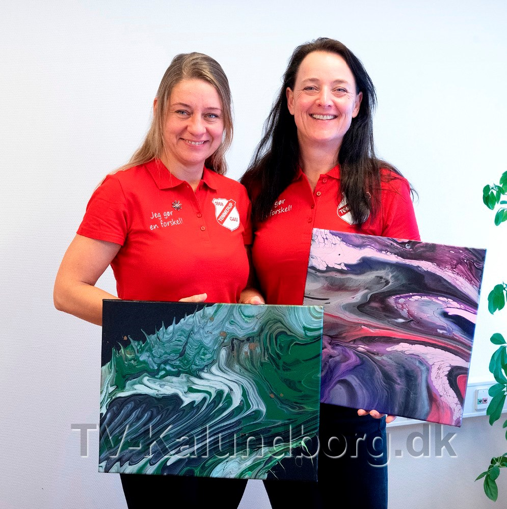 To malerier fra den lokale kunstner Fluid Art by Con, sættes på aktion. Foto: Jens Nielsen
