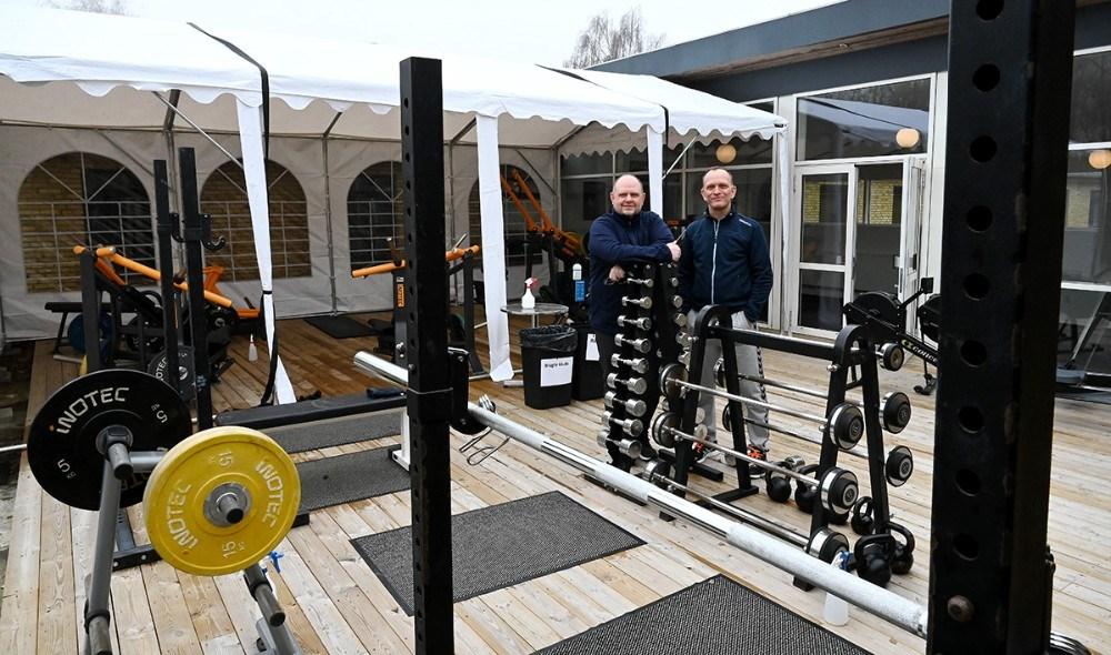Indehaverne af Go Form i Kalundborg, Thomas Saaby Hansen ogSøren Lund Larsen, i det nye udendørs område. Foto: Jens Nielsen