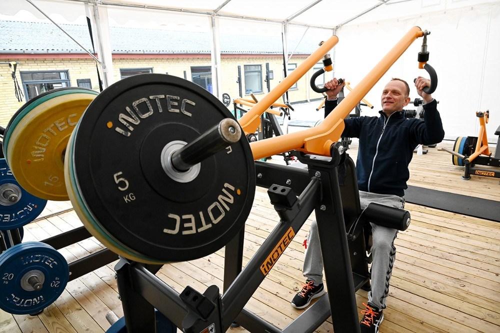 Thomas Saaby Hansen afprøver træningsmaskinerne. Foto: Jens Nielsen