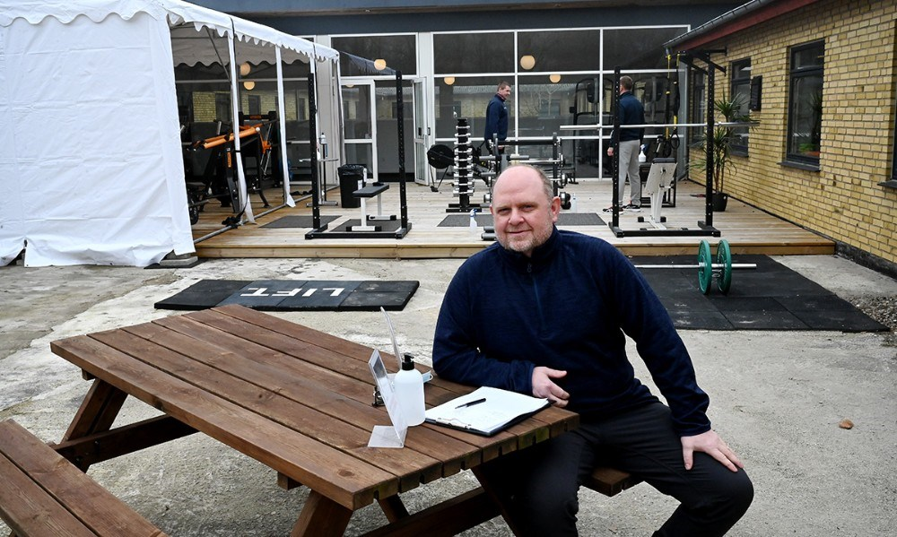 Søren Lund Larsen sørger for at medlemmerne bliver skrevet ind når de ankommer. Foto: Jens Nielsen