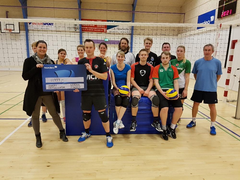 Foto: Volleyballtræner Peter Mosekjær modtager check fra Nordea Fond af Line Møller fra Nordea i Kalundborg.