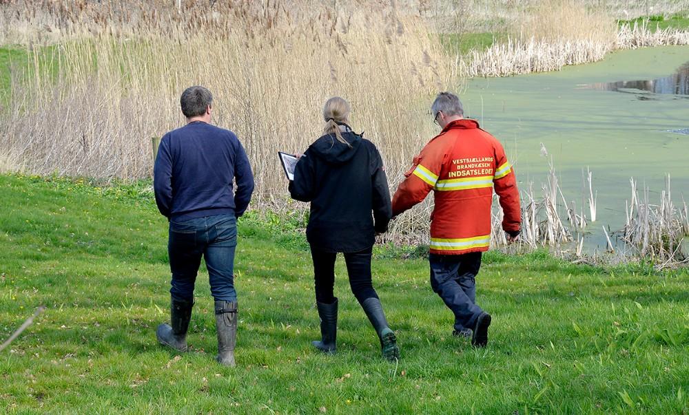 Miljøvagten fra Kalundborg Kommune sammen med Jesper Christensen, indsatsleder, Vestsjællands Brandvæsen. Foto: Jens Nielsen