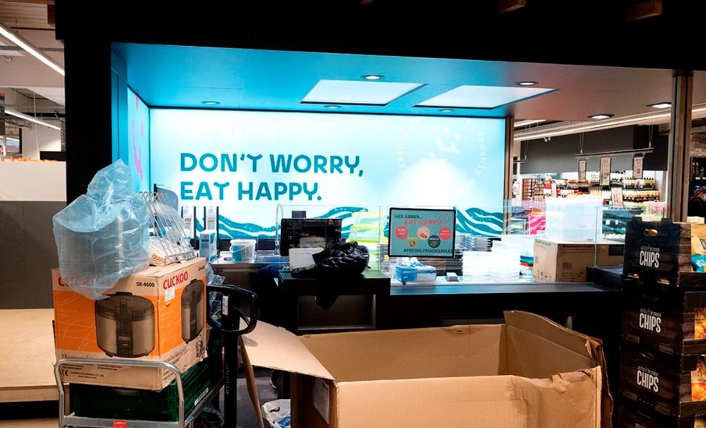 Personalet fra Eathappy er ved at gøre den nye sushi shop klar til åbning. Foto: Jens Nielsen