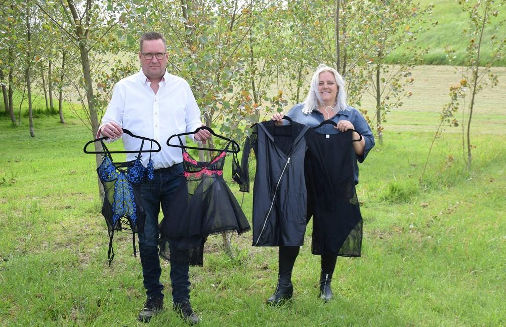 Brian Jensen har stiftet webshoppen Love Lingerie. Her viser han, sammen med sin kæreste Heidi Seibæk, nogle af de varer, som de sælger.
