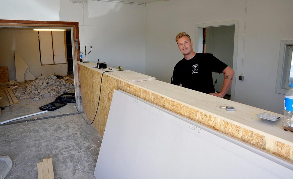 Asger Øgelund bag den nye bar. Foto: Jens Nielsen