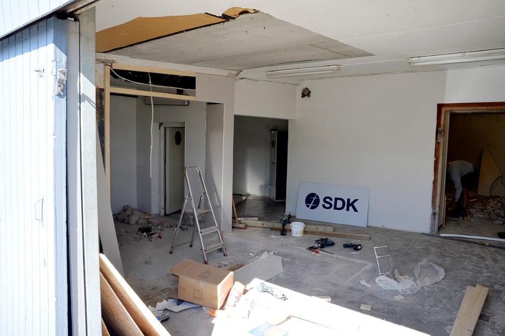 Håndværkerne har travlt vis de skal være færdige til d. 20. juli. Foto: Jens Nielsen