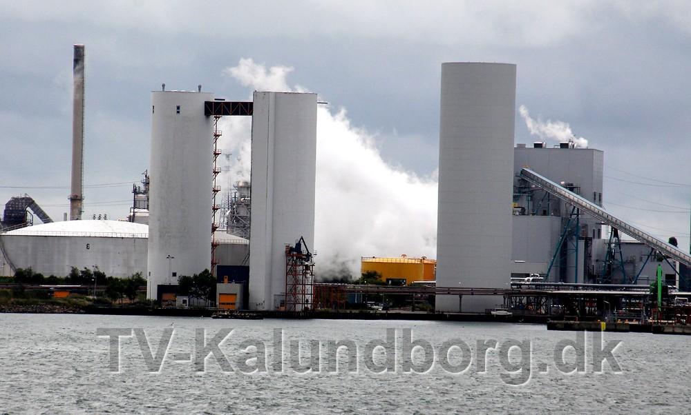 Dele af Asnæsværket var torsdag formiddag indhyllet i damp. Foto: Erik Johnsen