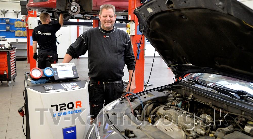 Lars Larsen, indehaver af Lips Autoteknik i Rørby, har travlt med at lave service på airconditionanlæg. Foto: Jens Nielsen