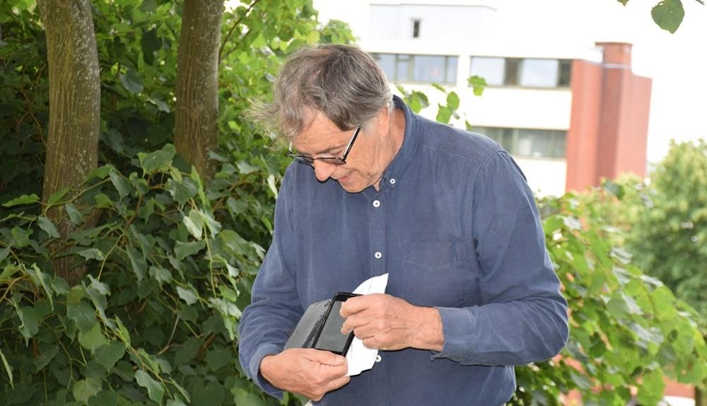 Historiker Jens Balslev, der har skrevet teksten til de mange Lundbye landmarks, fortalte også lidt om kunstneren til indvielsen. Foto: Gitte Korsgaard.
