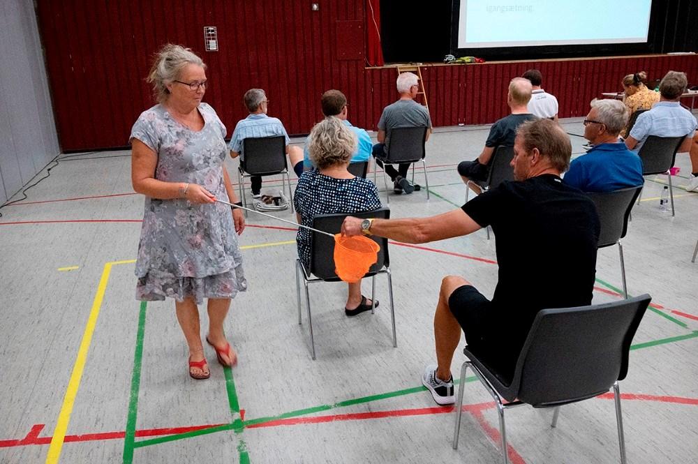 Stemmesedlerne blev indsamlet på sikker afstand. Foto: Jens Nielsen