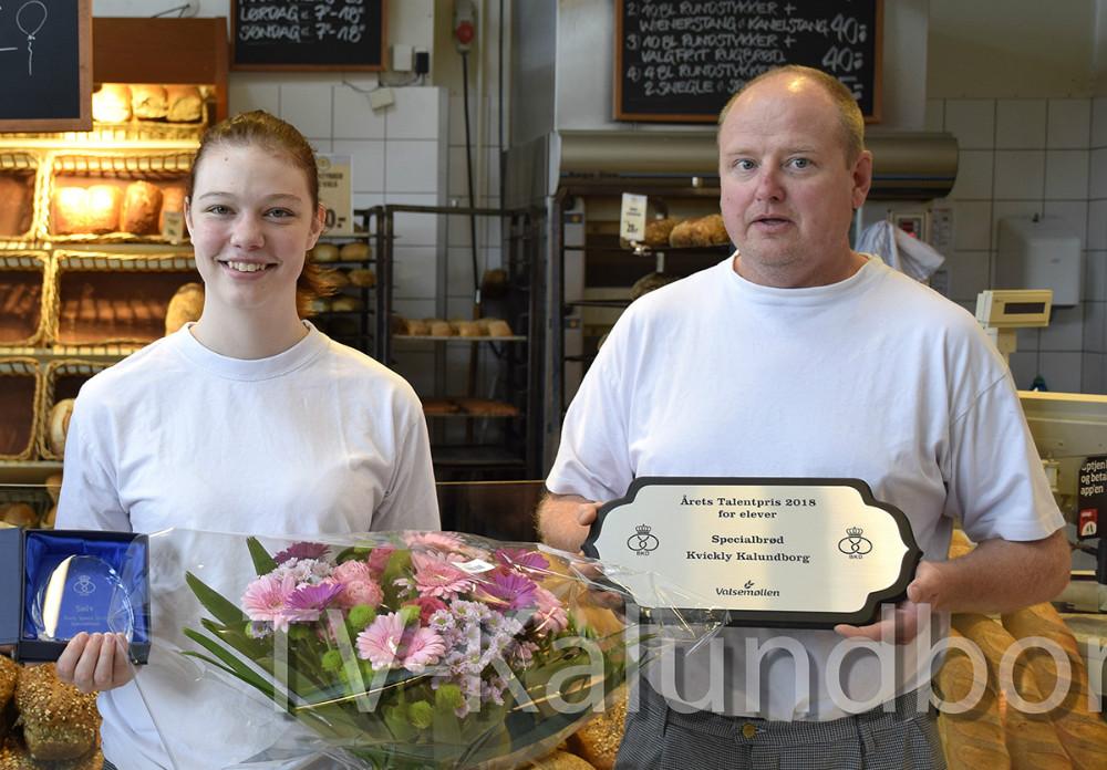 Michéle Hansen, der er 1.års elev hos bageren i Kvickly Kalundborg har netop vundet sølvmedalje. Her sammen med bagermester Tommy Jensen. Foto: Gitte Korsgaard.