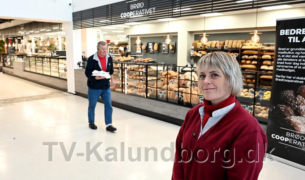 Varehuschef Kirsti Thygesen foran den 20 meter langebagerdisk. Foto: Jens Nielsen
