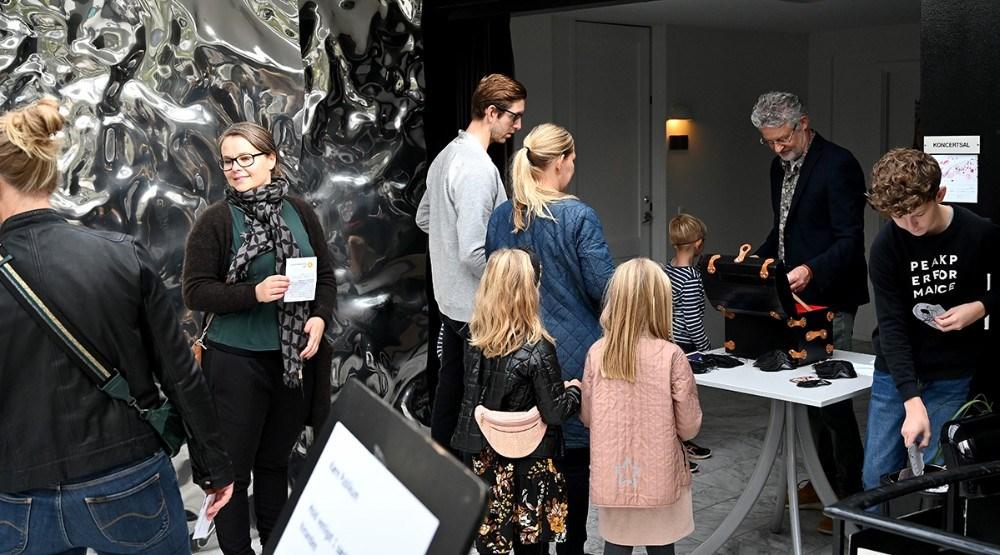 Børnekulturkonsulent Søren Vind tog imod billetter fra de mange gæster. Foto: Jens Nielsen